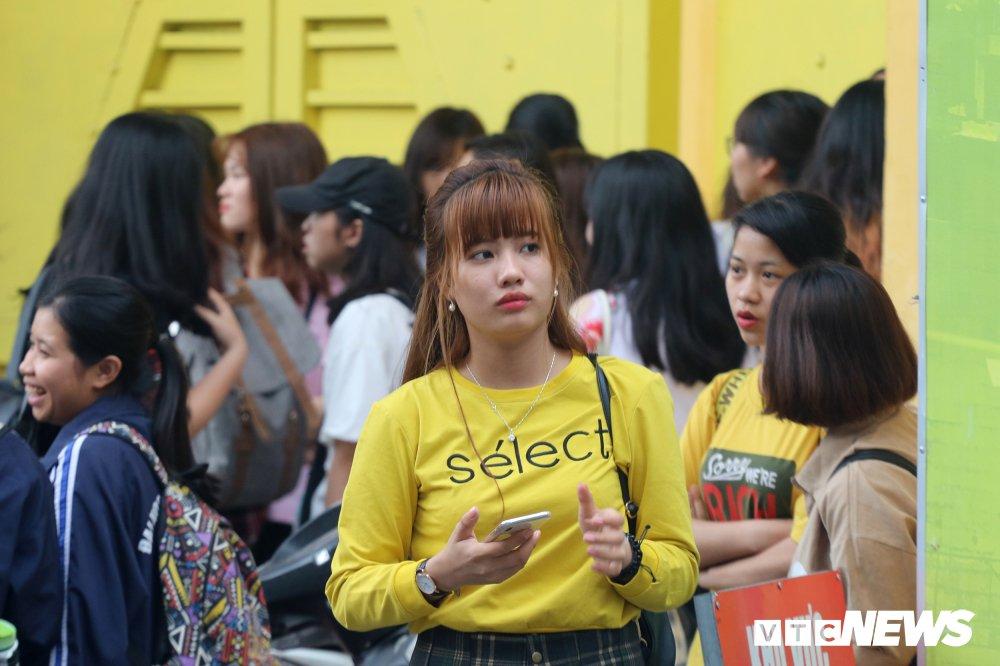 HAGL tap kin, fan nu kien nhan doi hang gio truoc cong Hang Day hinh anh 1