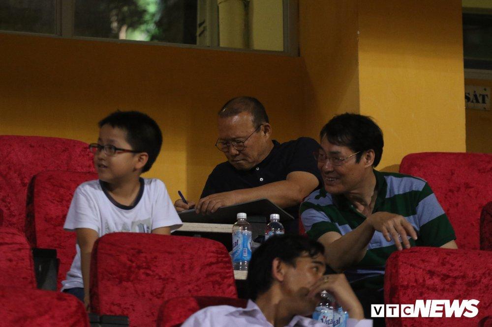 San Hang Day chat kin, co dong vien den muon noi gian voi ban to chuc hinh anh 8