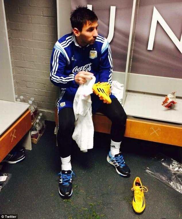 Man Utd lay anh Messi tu lau giay de giao duc cau thu hinh anh 1