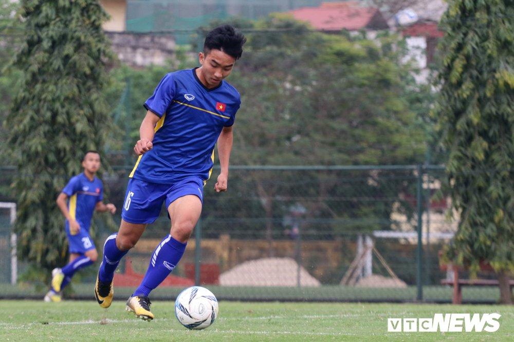 Chan thuong nang, 'vua giai tre' chia tay U19 Viet Nam hinh anh 1