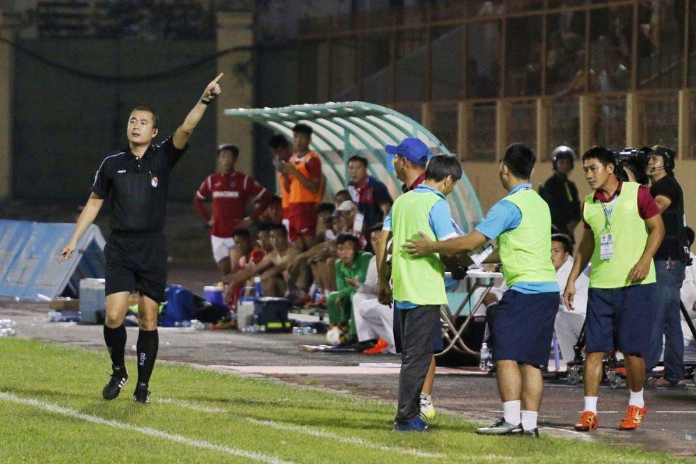 Phan doi trong tai, HLV V-League nhan an phat nhu Pep Guardiola hinh anh 1