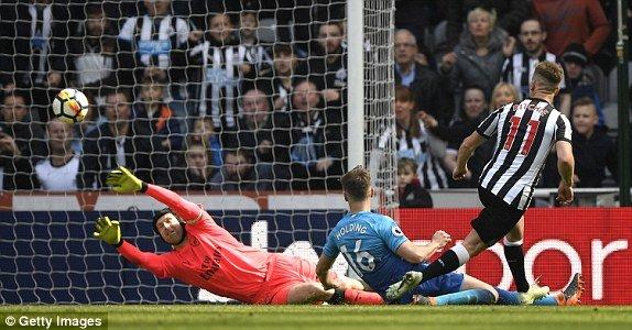 Ket qua Newcastle 2-1 Arsenal: Don suc dau Cup C2, Arsenal buong Ngoai Hang Anh hinh anh 1