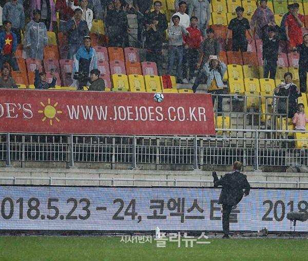HLV Park Hang Seo doi mua tang qua co dong vien Viet Nam hinh anh 1