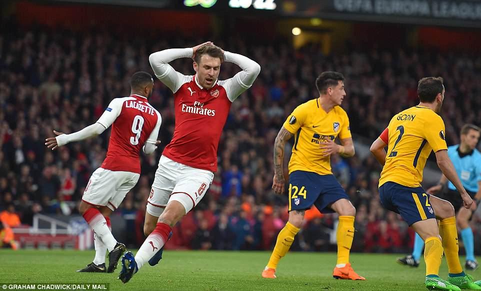 Atletico nhan 2 the do, Arsenal van bi cam hoa ngay tren san nha hinh anh 1