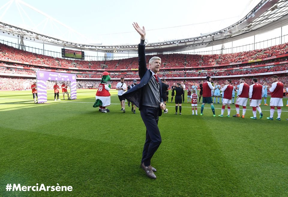HLV Wenger noi loi xuc dong, tang qua fan nhi ngay chia tay san Emirates hinh anh 3