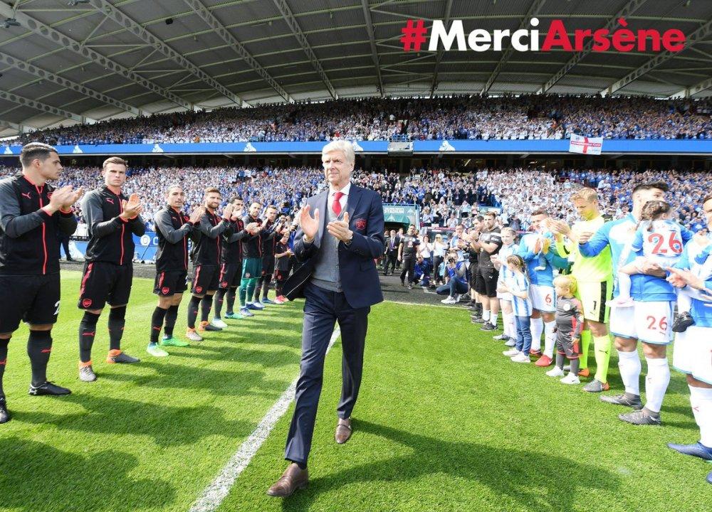 HLV Arsene Wenger chia tay Ngoai Hang Anh: Den doi thu cung rung rung xuc dong hinh anh 1