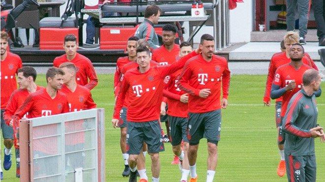 Vo mong World Cup, sao Bayern bat khoc ngay tren san tap hinh anh 1