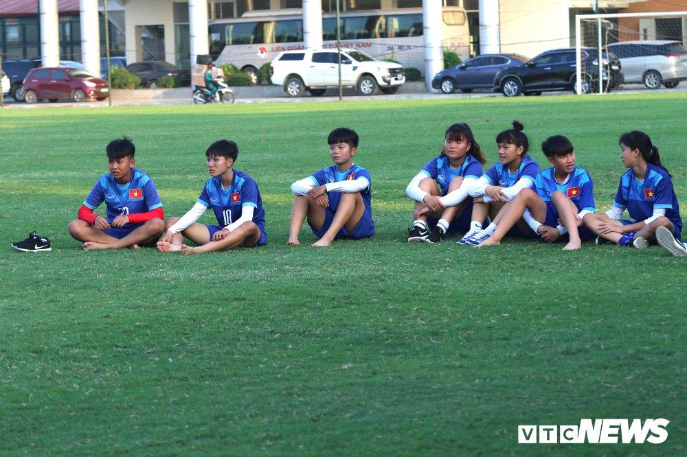 HLV Park Hang Seo 'hoi xuan' cuc de thuong, khoe ky nang da bong nhu thoi tre hinh anh 18