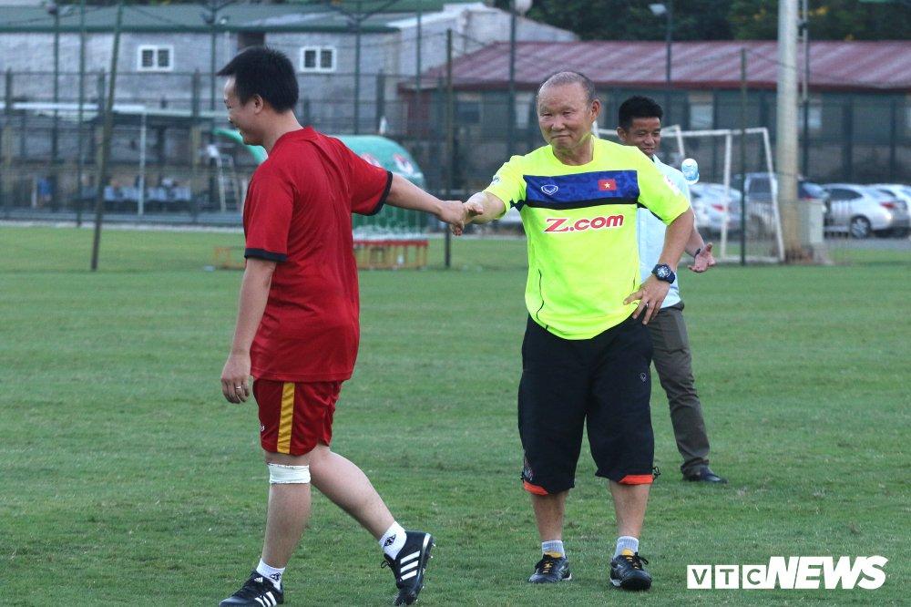 HLV Park Hang Seo 'hoi xuan' cuc de thuong, khoe ky nang da bong nhu thoi tre hinh anh 15