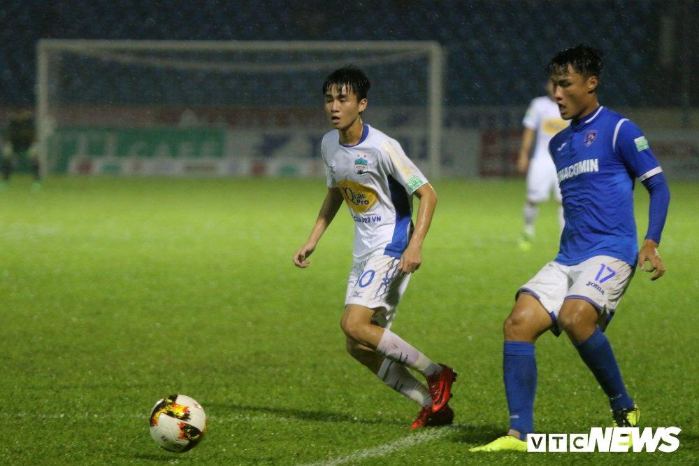 Xuan Truong, Cong Phuong vat kiet suc duoi mua, HAGL van 'phoi ao' o Cam Pha hinh anh 3