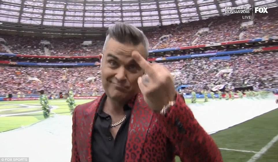 Robbie Williams gio 'ngon tay thoi', choc tuc hang ty nguoi xem khai mac World Cup hinh anh 1