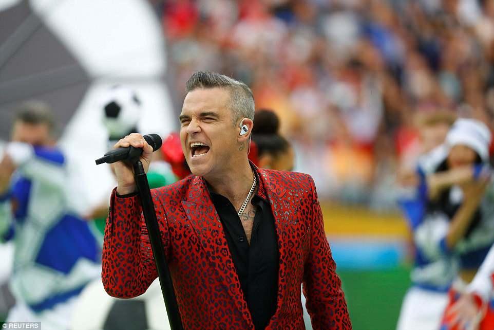 Robbie Williams gio 'ngon tay thoi', choc tuc hang ty nguoi xem khai mac World Cup hinh anh 2