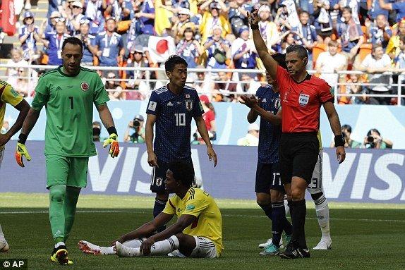Can bong bang tay, hau ve Colombia nhan the do nhanh thu hai lich su World Cup hinh anh 1
