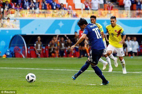 Can bong bang tay, hau ve Colombia nhan the do nhanh thu hai lich su World Cup hinh anh 2