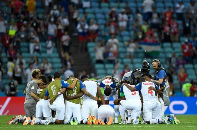 Cau thu Panama bat khoc trong lan dau hat Quoc ca da World Cup hinh anh 6