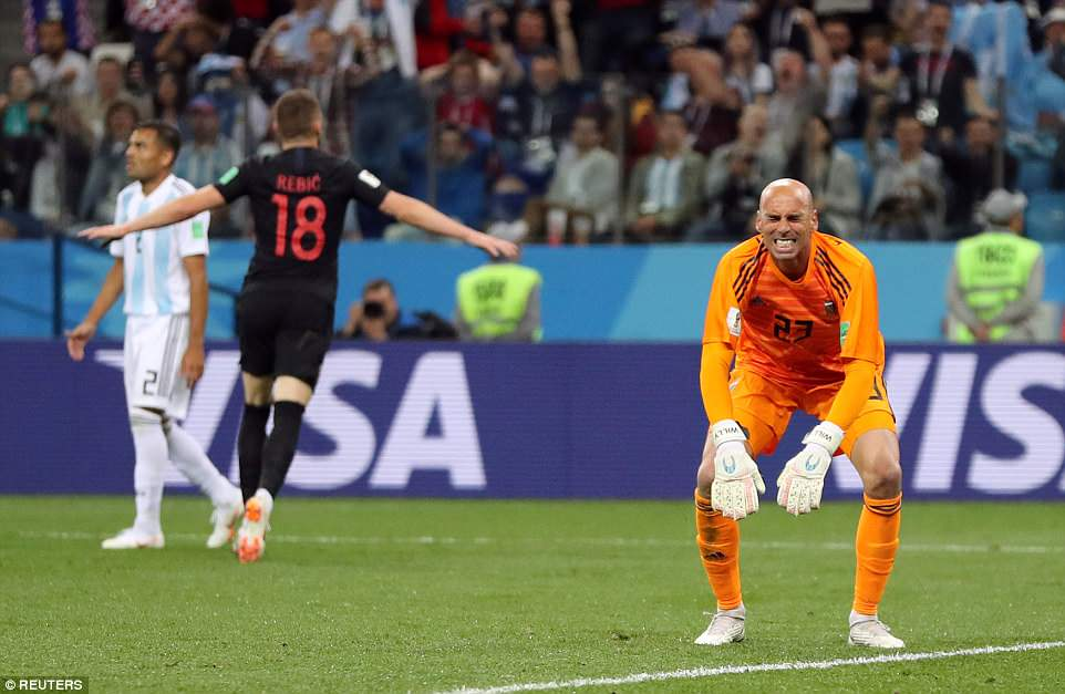 Messi cay dang, Maradona om dau, HLV Sampaoli bat khoc bat luc nhin Argentina thua tham hinh anh 3