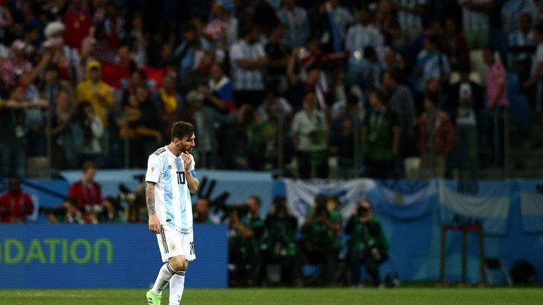 Messi cay dang, Maradona om dau, HLV Sampaoli bat khoc bat luc nhin Argentina thua tham hinh anh 2