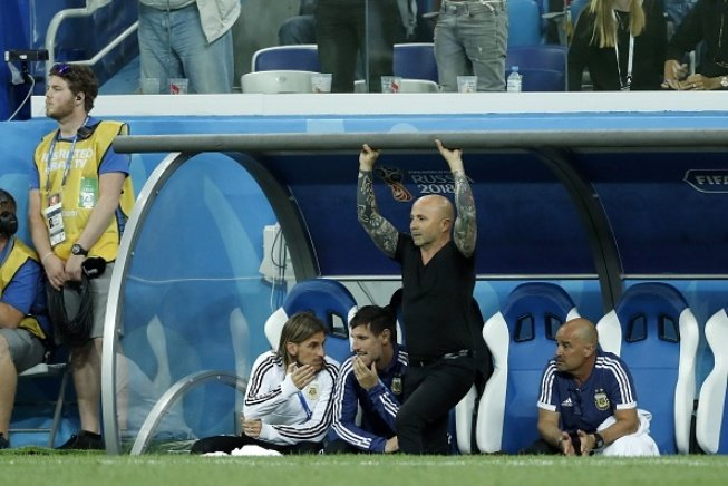 Messi cay dang, Maradona om dau, HLV Sampaoli bat khoc bat luc nhin Argentina thua tham hinh anh 7