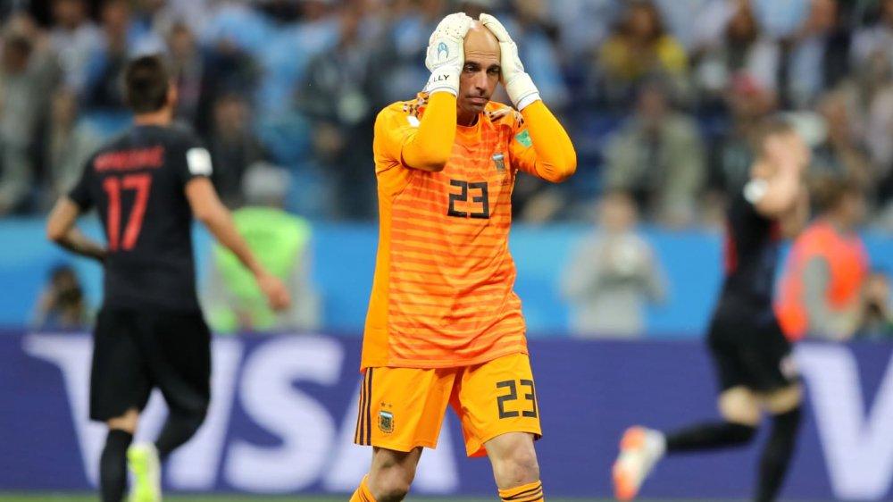 Messi cay dang, Maradona om dau, HLV Sampaoli bat khoc bat luc nhin Argentina thua tham hinh anh 4