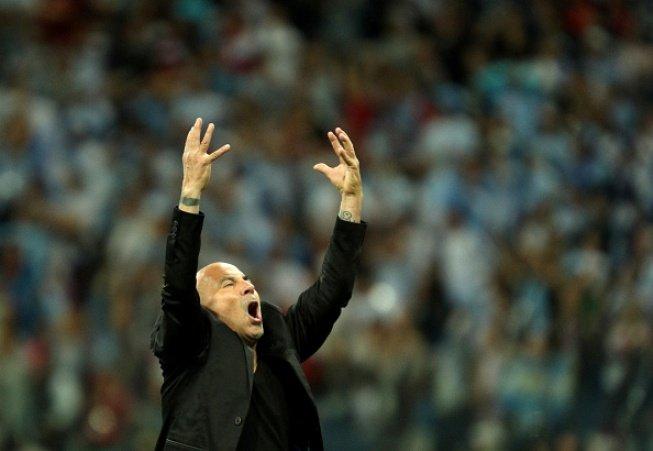Messi cay dang, Maradona om dau, HLV Sampaoli bat khoc bat luc nhin Argentina thua tham hinh anh 8