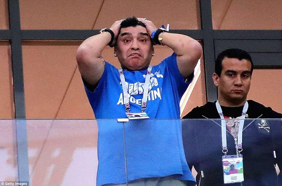 Messi cay dang, Maradona om dau, HLV Sampaoli bat khoc bat luc nhin Argentina thua tham hinh anh 5