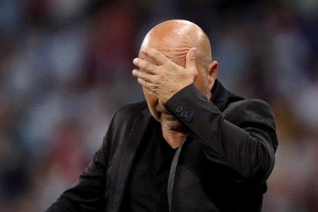 Messi cay dang, Maradona om dau, HLV Sampaoli bat khoc bat luc nhin Argentina thua tham hinh anh 6