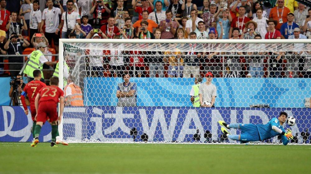 Nguoi hung Iran khuat phuc Ronaldo: Tung song vo gia cu, chi mo duoc bua an ngon lanh hinh anh 1