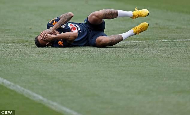 Cau thu Brazil tap kieu 'xe xac', Neymar lai dien kich an va hinh anh 1