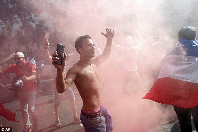 Phap vo dich World Cup: CDV phu kin Dai lo Champs-Elysees, khoi mu mit khap Paris hinh anh 7