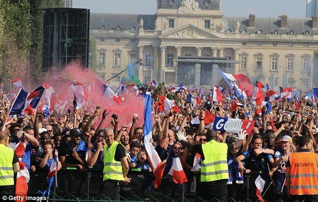 Phap vo dich World Cup: CDV phu kin Dai lo Champs-Elysees, khoi mu mit khap Paris hinh anh 6