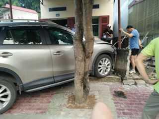 Tranh nguoi di duong, Giam doc So Cong Thuong lai xe tong nha dan hinh anh 1