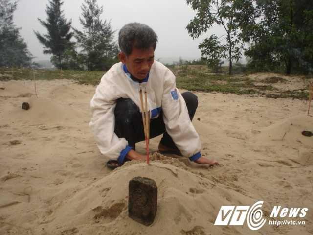 Noi dau khon cung cua nguoi cha chon 12 con trong cat trang hinh anh 4