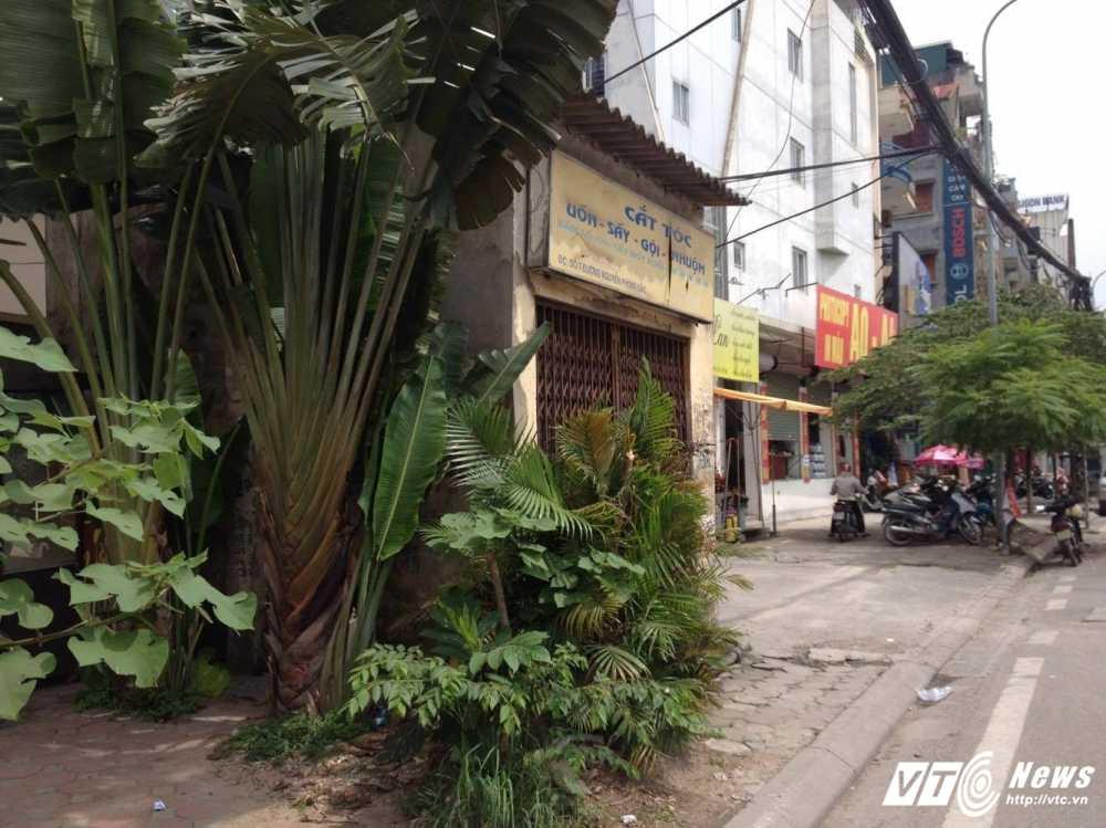 Nha di thuong 'nghenh ngang' moc tren via he Ha Noi hinh anh 3