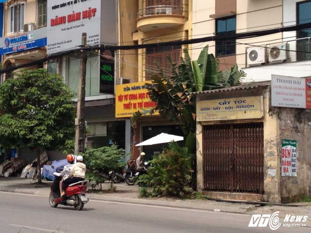 Nha di thuong 'nghenh ngang' moc tren via he Ha Noi hinh anh 2