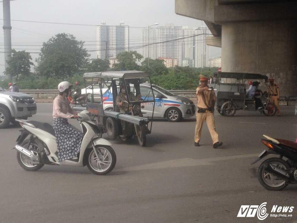 Bi CSGT Ha Noi truy quet, tai xe 'keo le may chem' dinh bo tron, 'cau cuu' nguoi than hinh anh 2