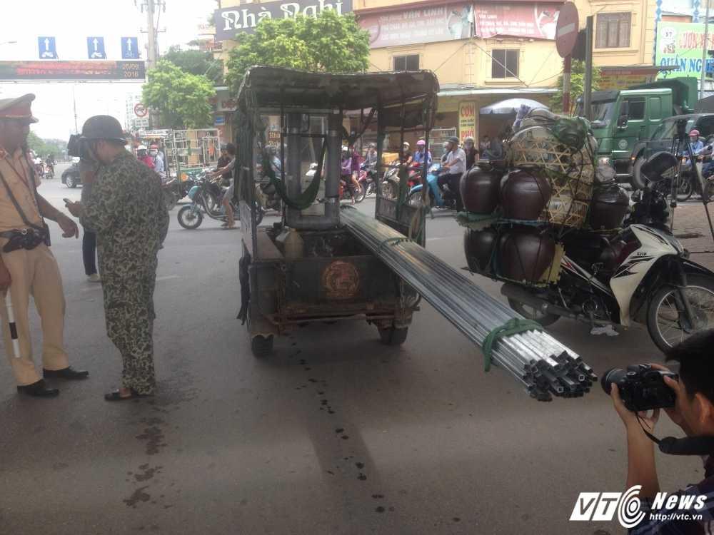 Bi CSGT Ha Noi truy quet, tai xe 'keo le may chem' dinh bo tron, 'cau cuu' nguoi than hinh anh 3