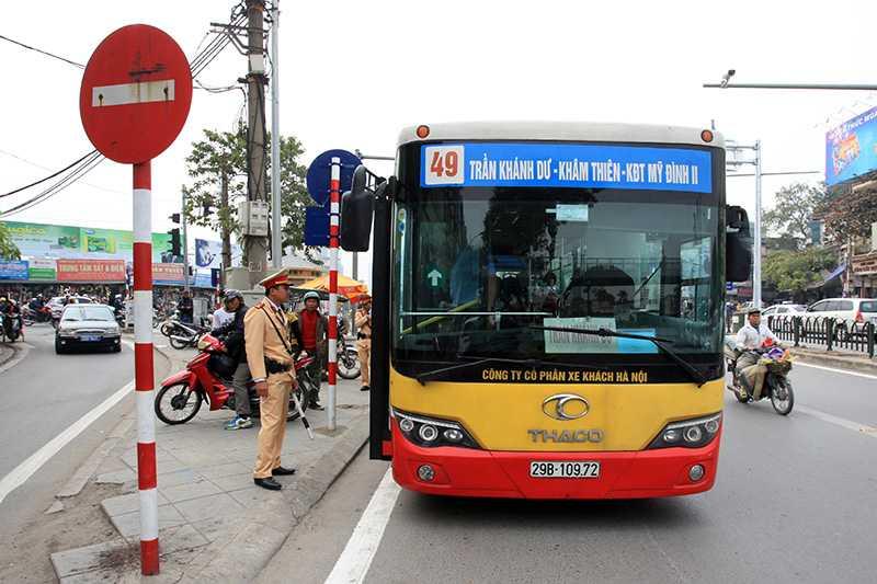 Anh: CSGT vat va dep duong cho xe buyt nhanh Ha Noi hinh anh 6