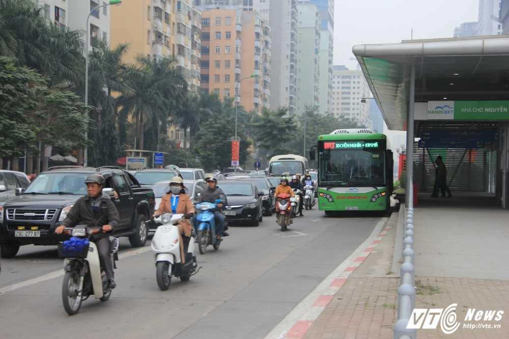 Anh: CSGT vat va dep duong cho xe buyt nhanh Ha Noi hinh anh 9