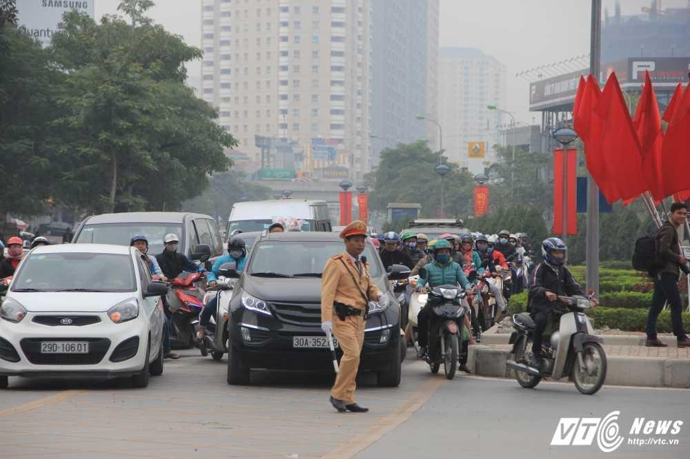 Anh: CSGT vat va dep duong cho xe buyt nhanh Ha Noi hinh anh 3