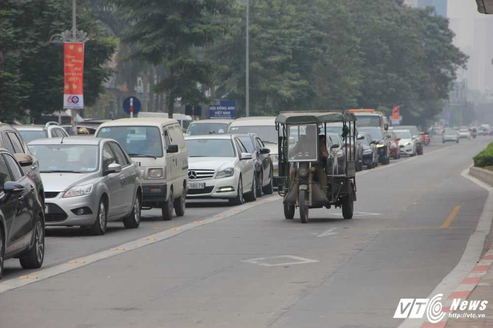 Anh: CSGT vat va dep duong cho xe buyt nhanh Ha Noi hinh anh 8