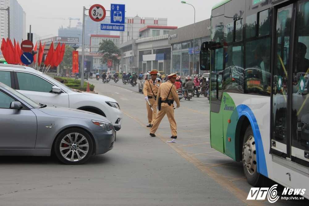 Anh: CSGT vat va dep duong cho xe buyt nhanh Ha Noi hinh anh 5