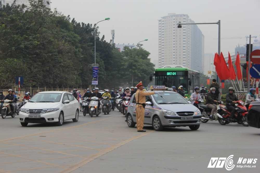 Anh: CSGT vat va dep duong cho xe buyt nhanh Ha Noi hinh anh 4