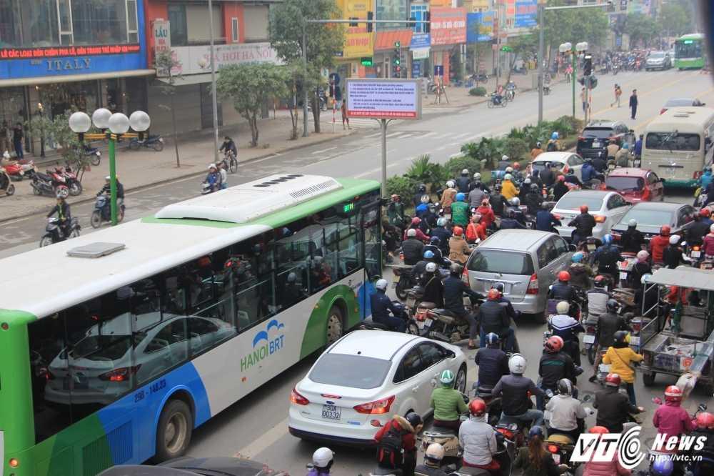 Anh: CSGT vat va dep duong cho xe buyt nhanh Ha Noi hinh anh 1