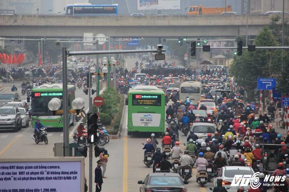 Anh: CSGT vat va dep duong cho xe buyt nhanh Ha Noi hinh anh 7