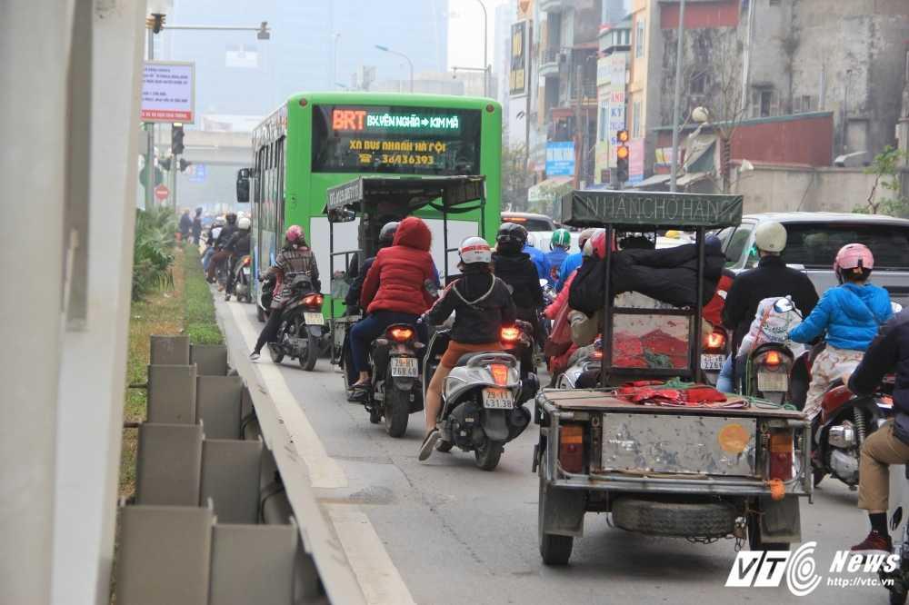 Anh: CSGT vat va dep duong cho xe buyt nhanh Ha Noi hinh anh 2