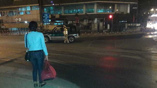 Hai chuyen xe dac biet cua CSGT Ha Noi trong dem 30 Tet hinh anh 2