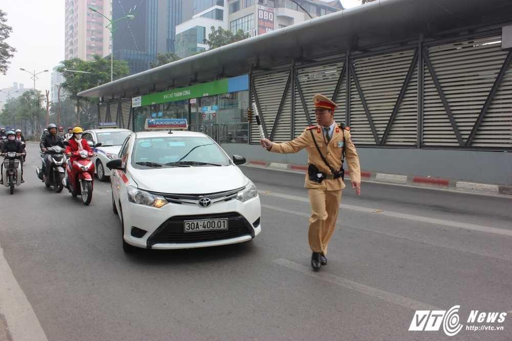 Tuoc giay phep 6 tai xe ngang nhien lan lan buyt nhanh BRT hinh anh 2