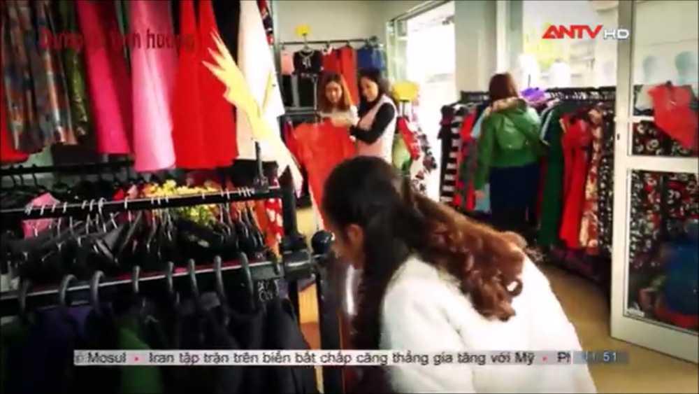Video:  'Me con' phoi hop nhip nhang lay trom tai san o cua hang thoi trang hinh anh 1
