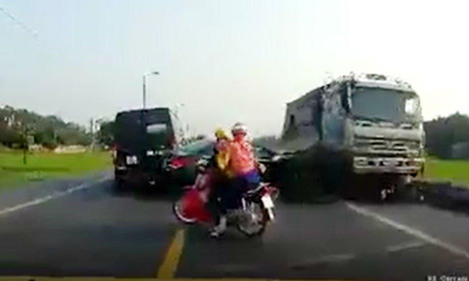 Tai xe xe tai di nguoc chieu co tinh lan lan, dam chet 2 nguoi o Bac Giang se bi xu ly the nao? hinh anh 1