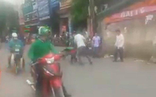 Tai xe Grabbike va xe om cam mu bao hiem xong vao danh nhau giua pho Ha Noi hinh anh 1